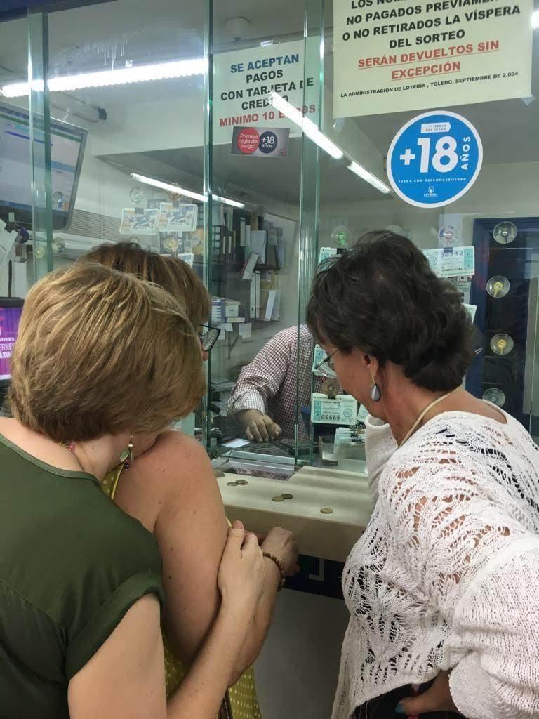 Un encuentor entre amigos, para comprar lotería